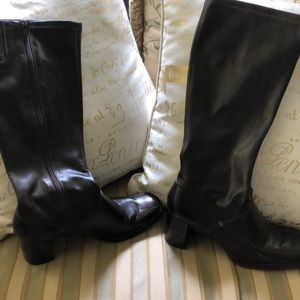High boots in dark brown.